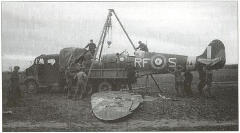 """Uno spitfire V del 303° Sq. (polacco) abbattuto proprio durante una missione """"Circus"""" viene caricato su un mezzo della Luftwaffe"""