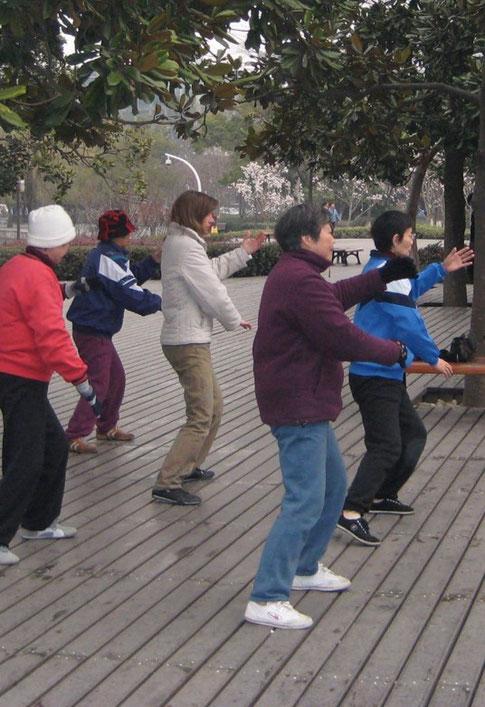 Frauke beim Tai Chi mit Einheimischen