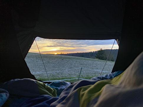 Sonnenaufgang vom Dachzelt aus