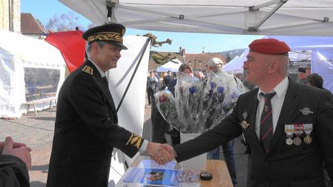 A gauche, Ronan Léaustic à Baulne-en-Brie le 24 mars 2018, lors du 40ème anniversaire de l'engagement de la France dans la FiNUL au Liban.