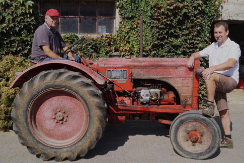 De gauche à droite : Bernard Picart et son fils Olivier partagent leur passion du matériel agricole ancien.