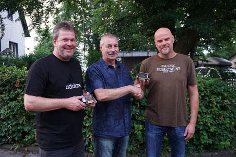 Abteiungsleiter Thomas Weckwerth mit den beiden geehrten Markus Kemper (l.) und Jens Ciesielski (r.) für ihre 40-jährige Abteilungszugehörigkeit.