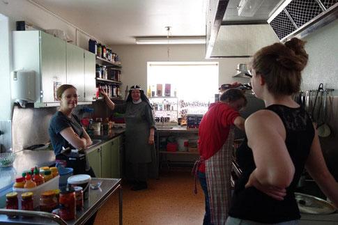 Irina mit Schwester Monika und Mitpraktikantin Corona in der Küche des Gästeheims