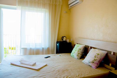 В номере: двуспальные кровати, тумбочки, шкафы, кондиционер, телевизор, холодильник, чайник, wi-fi. Туалет, умывальник, душевая кабинка - в номере.