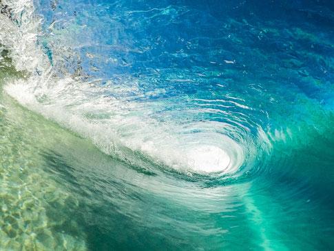 Wirkt dieser Strudel frischen Wassers wie ein Sog nach unten oder wie frische Energie, die sich ins Zentrum deines Schmerzes bewegt, um ihn aufzulösen? Du entscheidest.