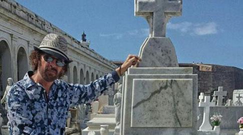 """Joseán Ramos, ante al tumba de """"El Jefe""""."""