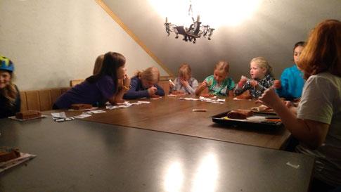 Hier die Kinder beim Lebkuchen verzieren.