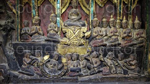 Cabinet en bois sculpté pour conserver les manuscrits bouddhistes. Orchestre à cordes, vents et percussions. Musée National de Bangkok.