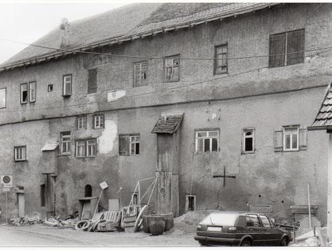 Das Heubacher Schloss vor seiner Sanierung 1991. Vielleicht haben diejenigen, die jetzt wieder den Abriss des Schlosses fordern, immer noch dieses Bild im Kopf.  Zum Glück haben sich die Stadträte damals mehrheitlich für den Erhalt ausgesprochen.