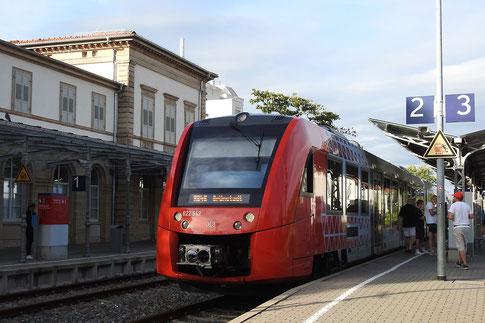 поезд прибыл на вокзал Бад-Дюркхайма