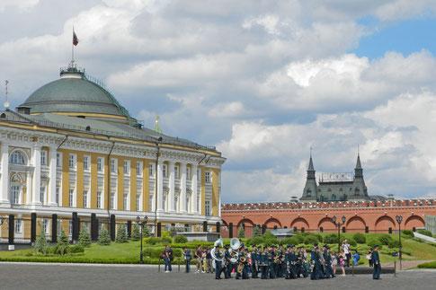 Kreml Moskau Senat mit Militärkapelle
