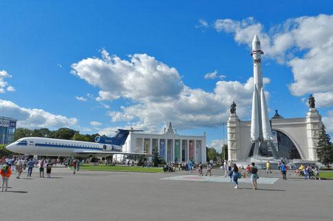 Am Kosmos-Pavillon auf dem Moskauer WDNCh-Gelände
