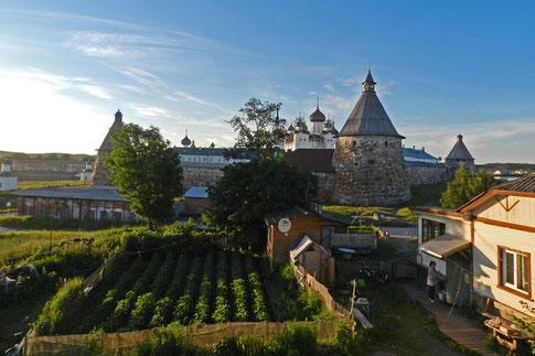 Aussicht auf das Solowezki-Kloster вид из гостевого дома Пинагор на Соловках