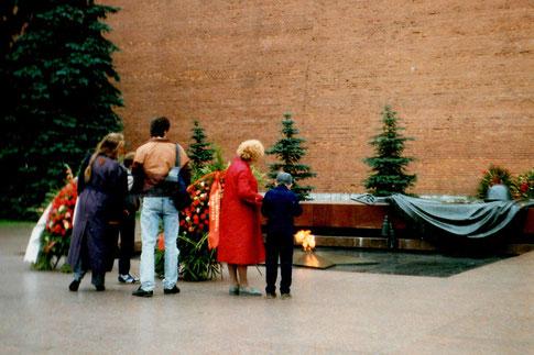 Mit den Austausch-Russen am Grabmahl des unbekannten Soldaten