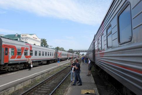Nachtzüge am Bahnhof von Kotlas Nordrussland