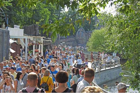 Besucher im Zoo von Moskau