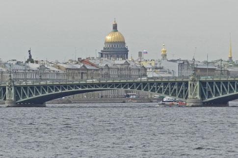 Blick vom Nordufer der Newa auf das Zentrum von St. Petersburg
