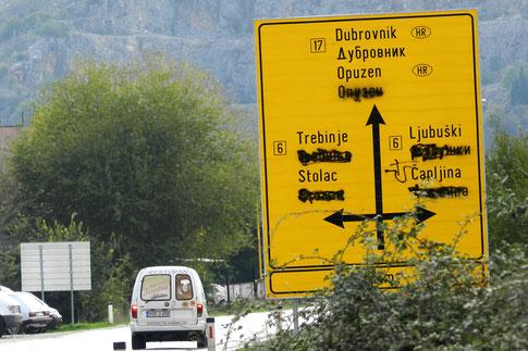 Wegweiser in Bosnien-Herzegowina mit übermalten kyrillischen Buchstaben