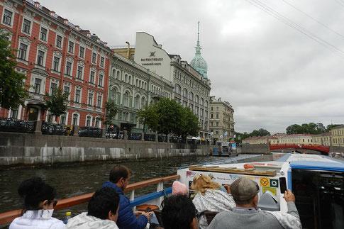 Rote Brücke über die Moika in St. Petersburg