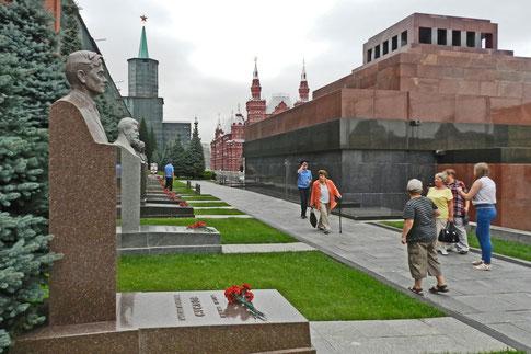 Hinter dem Mausoleum liegt eine Gräberreihe für die wichtigsten Sowjet-Parteiführer