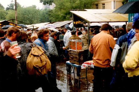 """Gewimmel auf dem Moskauer """"Vogelmarkt"""" im Sommer 1990"""