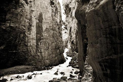 grindelwald,schweiz,berner oberland, gletscher bach, untere Grindelwaldgletscher, schlucht,wild,natur,kraft,monocrom,schwar/weiß,felswand,schlucht,wasser,tief,umwelt,rauschend,urlaub, reisen,wandern,trekking