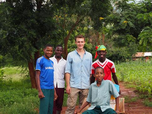 Schüler der OWSK mit Volontär Simon nach getaner Arbeit