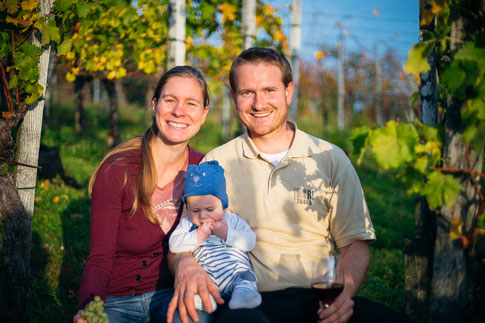 Jungwinzer Fabian Rajtschan vom Weingut 70469 Stuttgart mit Frau und Kind im Weinberg Feuerbach