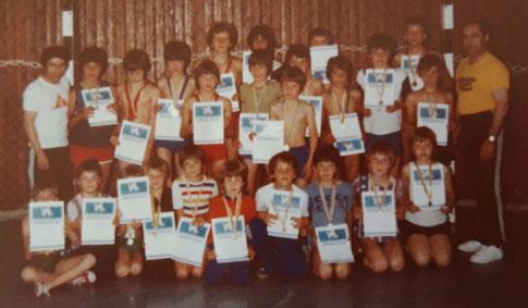 Die Jugend des KSV Allensbach bei den Vereinsmeisterschaften 1979     (links: Jugendtrainer Jürgen Merker, rechts: Helmut Klemann
