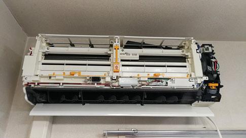 お掃除機能付きエアコンクリーニング 富士通ノクリア分解中の写真
