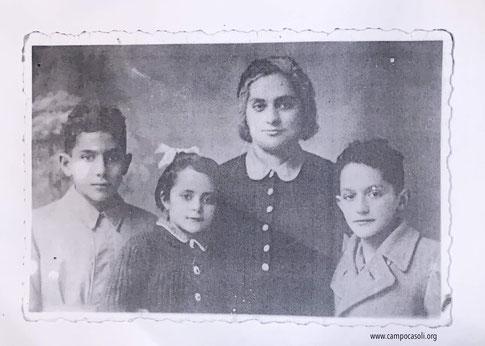 Foto n. 1: da sinistra a destra, Mosè Dana, accanto sua sorella Stella, la mamma Margherita (Malkuna) e il fratello Samuele.