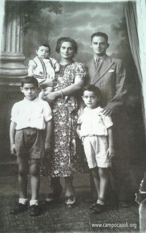 Foto n. 2: da sinistra a destra, davanti Mosè Dana, dietro la mamma Margherita che tiene in braccio la figlia Stella. Accanto il padre di Mosè, Salomone Dana e il fratello Samuele.