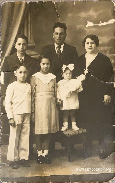 Foto n. 5: da sinistra Isacco Dana con la moglie Rachel Gallico Behar. I figli: da sinistra a destra dietro Salvatore, davanti Moshè, accanto Stella e la più piccola Ester. Tutti tranne Moshè persero la vita ad Auschwitz.