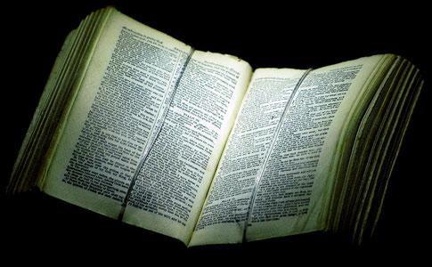 Eine sehr alte Bibel im Bibelmuseum Wuppertal.