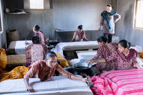 Milène Giusti dans un atelier de fabrication de batik à la brosse dans le Gujarat (Inde).