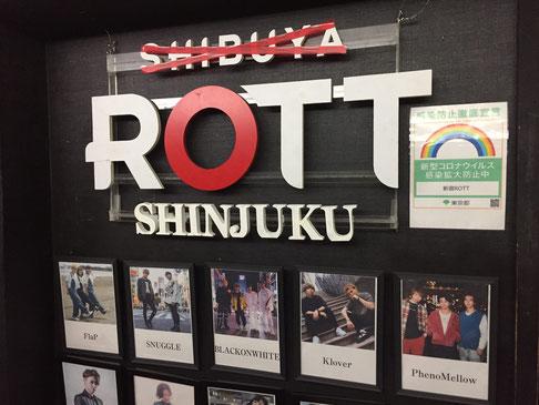 「SHIBUYA」にバッテンのテープを施すことで「移転」を強調する店頭看板