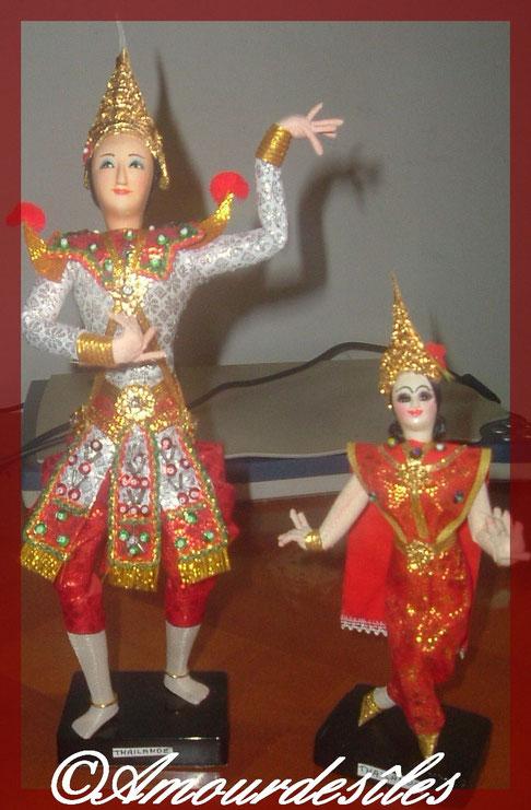 La Thaïlande représentée par une grande et une petite poupée
