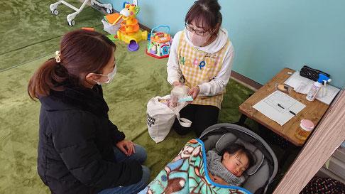 基本マンツーマン、又は保育士ひとりでお子様ふたりを保育する少人数制です。