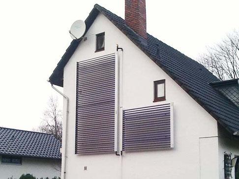 Kollektoren an der Hausfassade befestigt