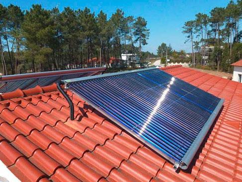Solarkollektor auf dem Dach in Portugal