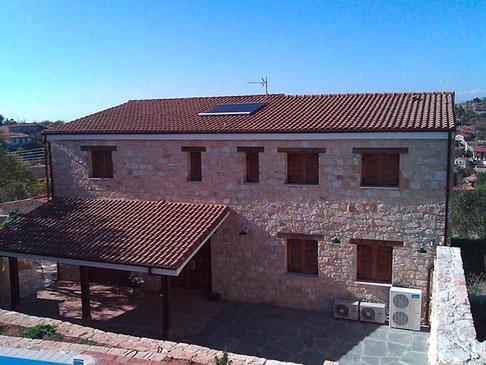 Solarkollektor auf dem Dach in Zypern