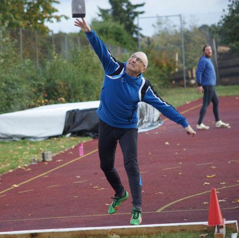 Jörg Sauerwein (TV Weisel) siegte bein den MS 3 im Steinstoßen.