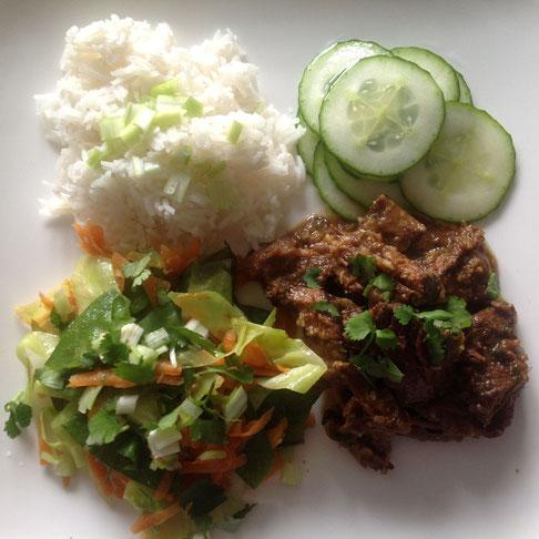 Daging Rendang met witte rijst, zoetzure komkommer en roerbak groenten.