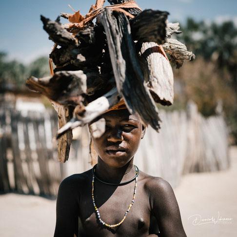 himba junge epupa falls village kaokoveld namibia