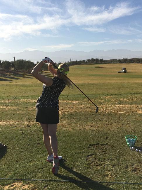 Zahllose Stunden verbringt Luisa als Professional auf der Range. Ihre Sponsoren sorgen dafür, dass sie finanzielle Unterstützung erhält, da der deutsche Golf Verband leider nur solche Spielerinnen fördert, die schon früh mit dem Golfsport begonnen haben.