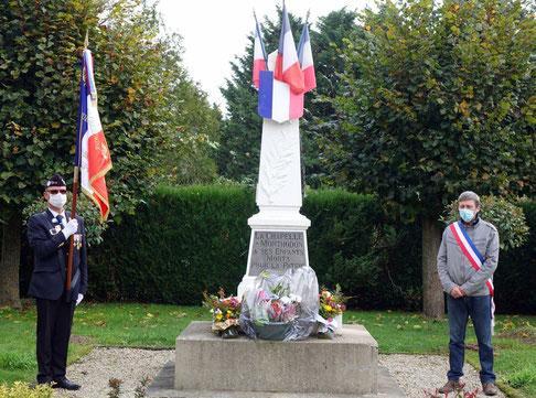 Le public n'étant pas invité à la cérémonie conformément aux directives du Préfet de l'Aisne, deux bouquets de fleurs composés par des familles du bourg, ont été déposés avant le début de la commémoration dans le respect du confinement.