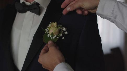 Hochzeitsvideo Szene - Die Blume anstecken
