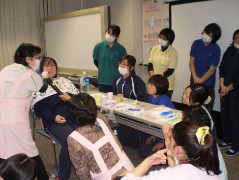 歯科衛生士さんから直接学べる貴重な機会。真剣な眼差しのスタッフ一同