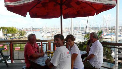 une bière sur la terrasse du Yacht Club