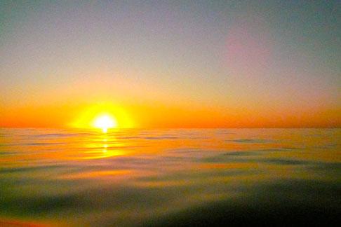 lever du jour sur mer d'huile